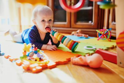 ילד לועס צעצועים